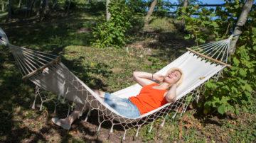 Vila i hängmatta på camping i Visby