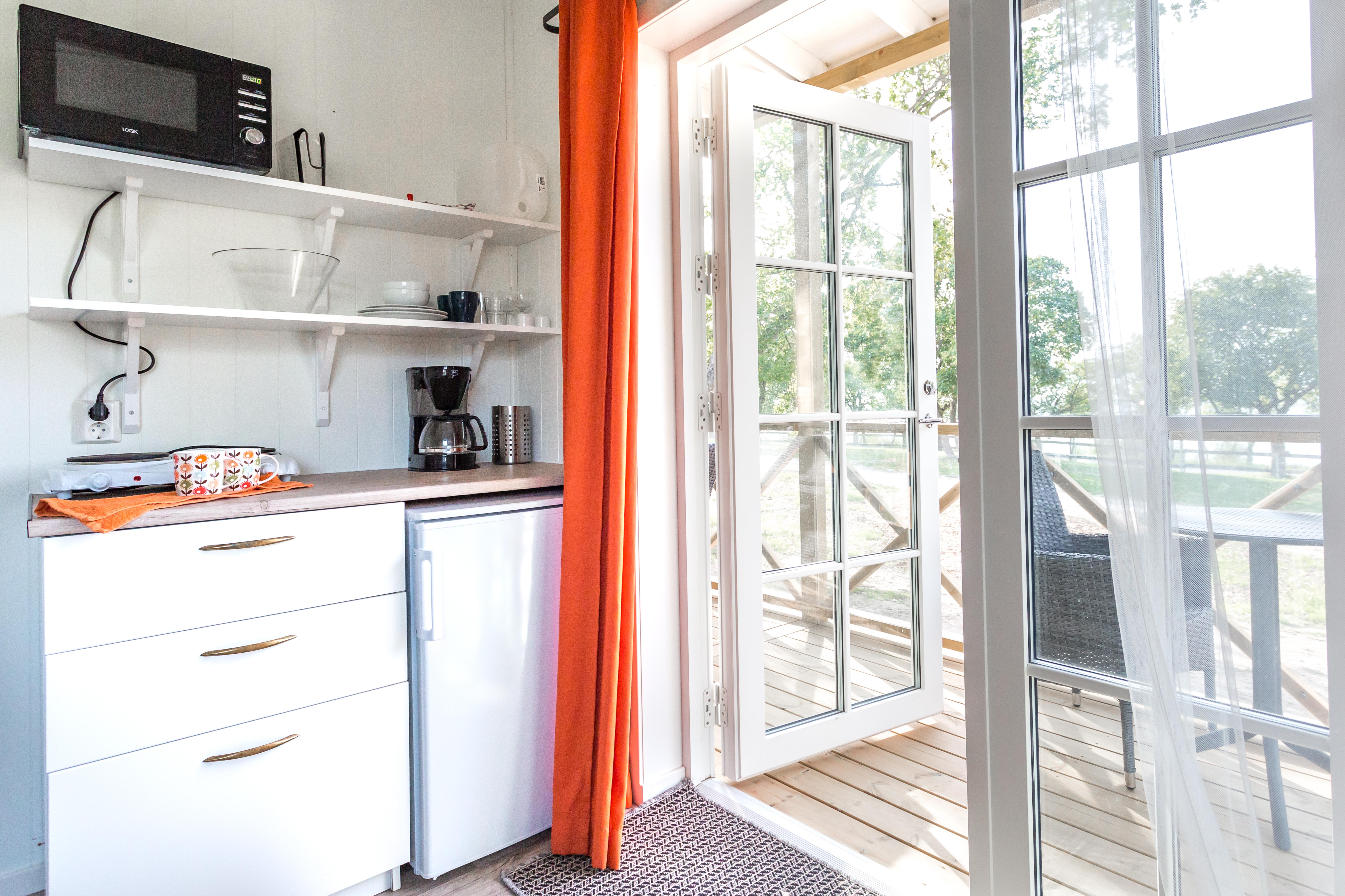 Köket i parstugan visare pentryt med kylskåp och kaffebryggare