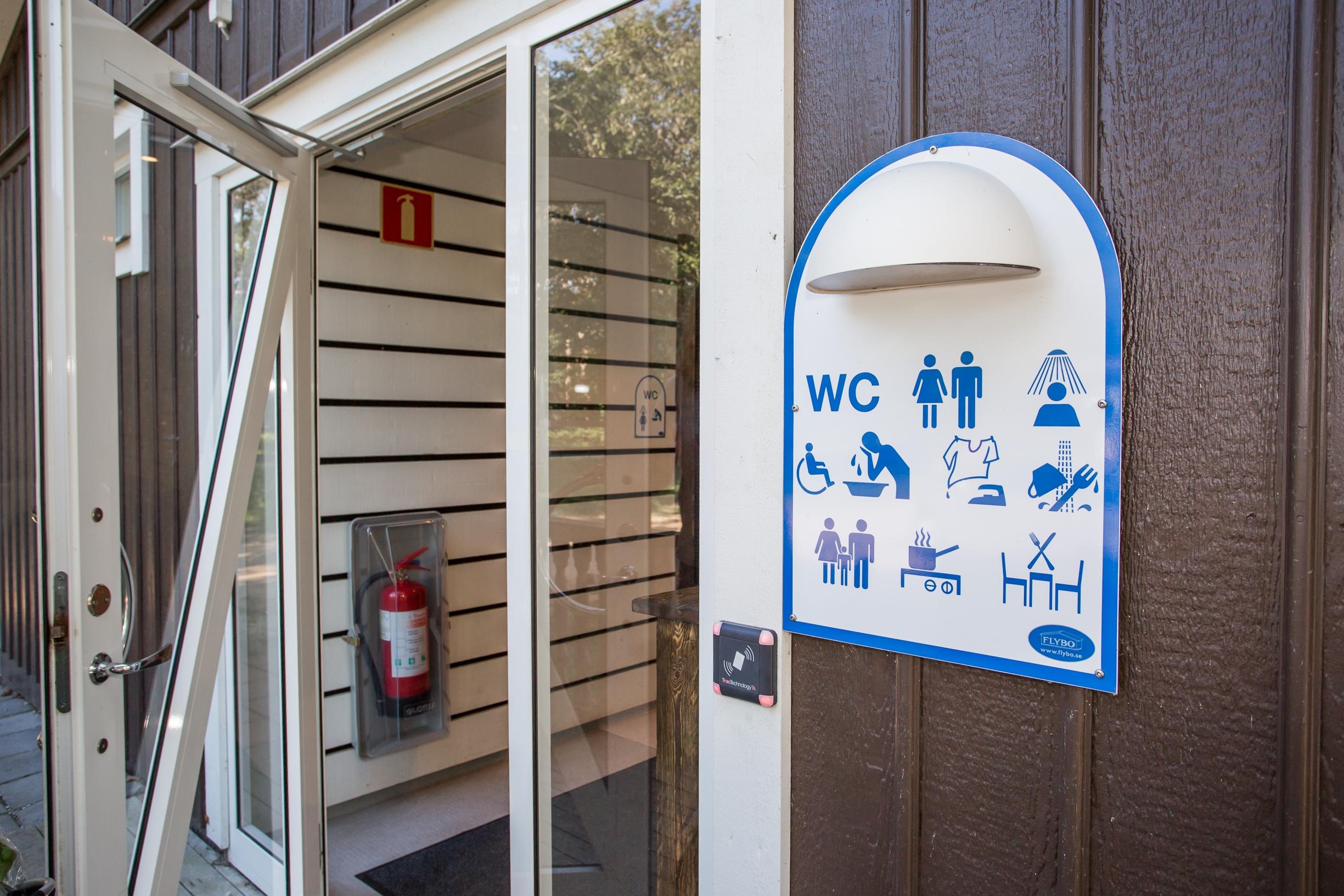 stora servicehuset med duschar och toaletter visby strandby tillhör stugor och campingens boende